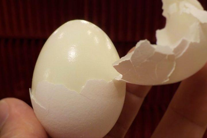 Tökéletes főtt tojás készítése: főzés, pucolás