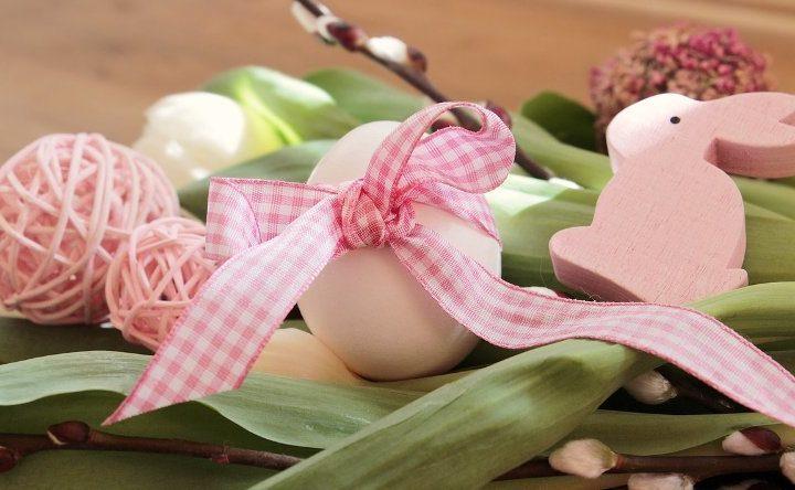 Húsvéti dekorációs ötlet: egy tojás színes szalaggal átkötve